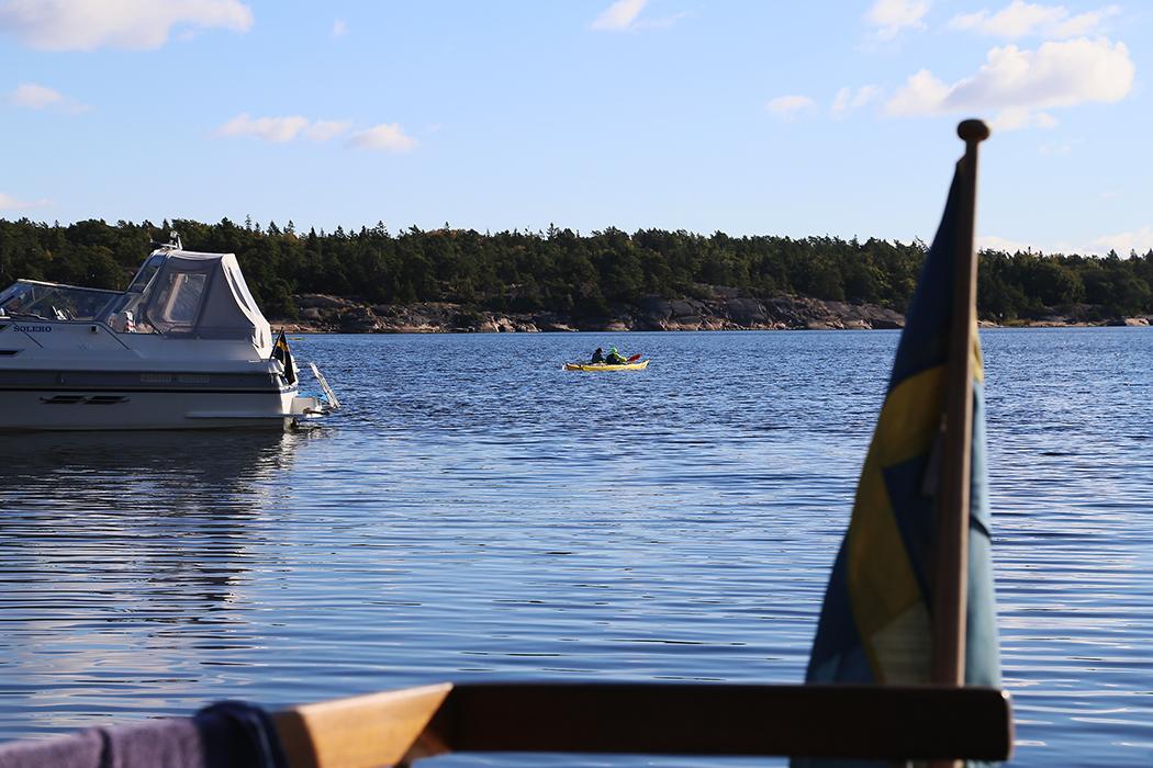 Ett par paddlare passerar Ostholmen.