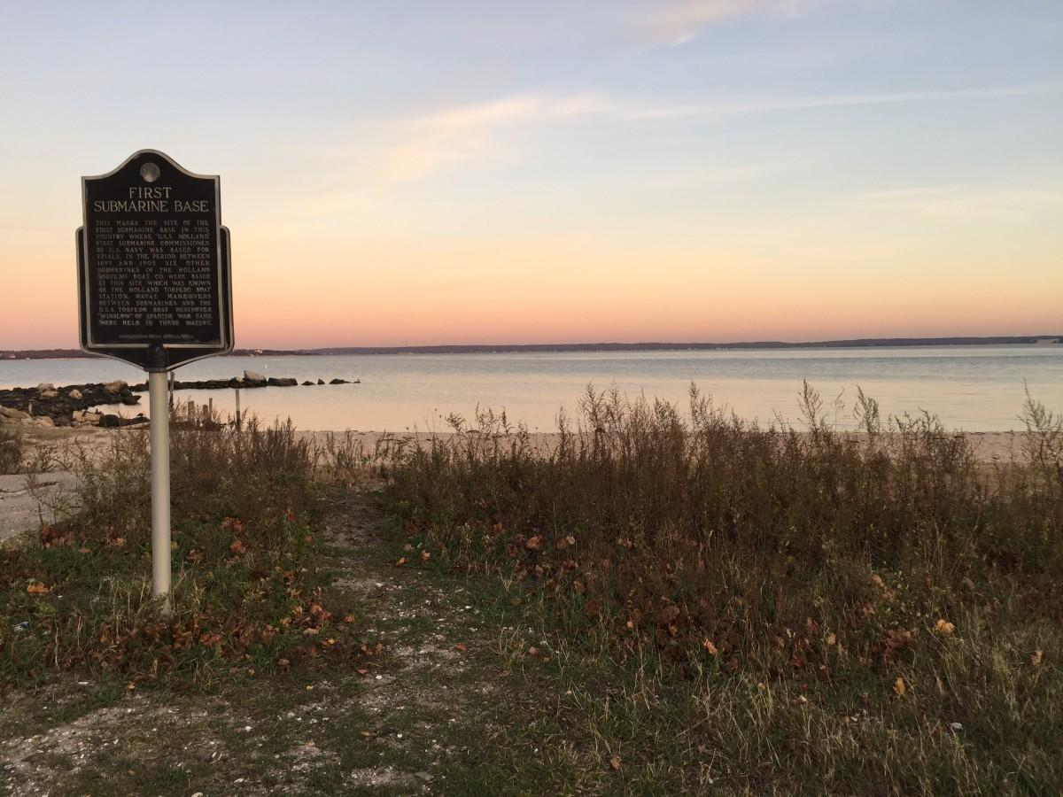 Här ute på östra Long Island låg en gång USA:s första ubåtsbas, vilket skylten informerar om.