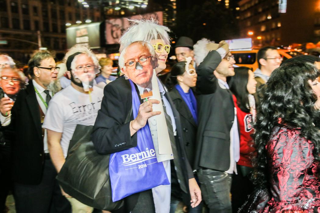 Bernie Sanders-supportrar på väg till zombieparaden.