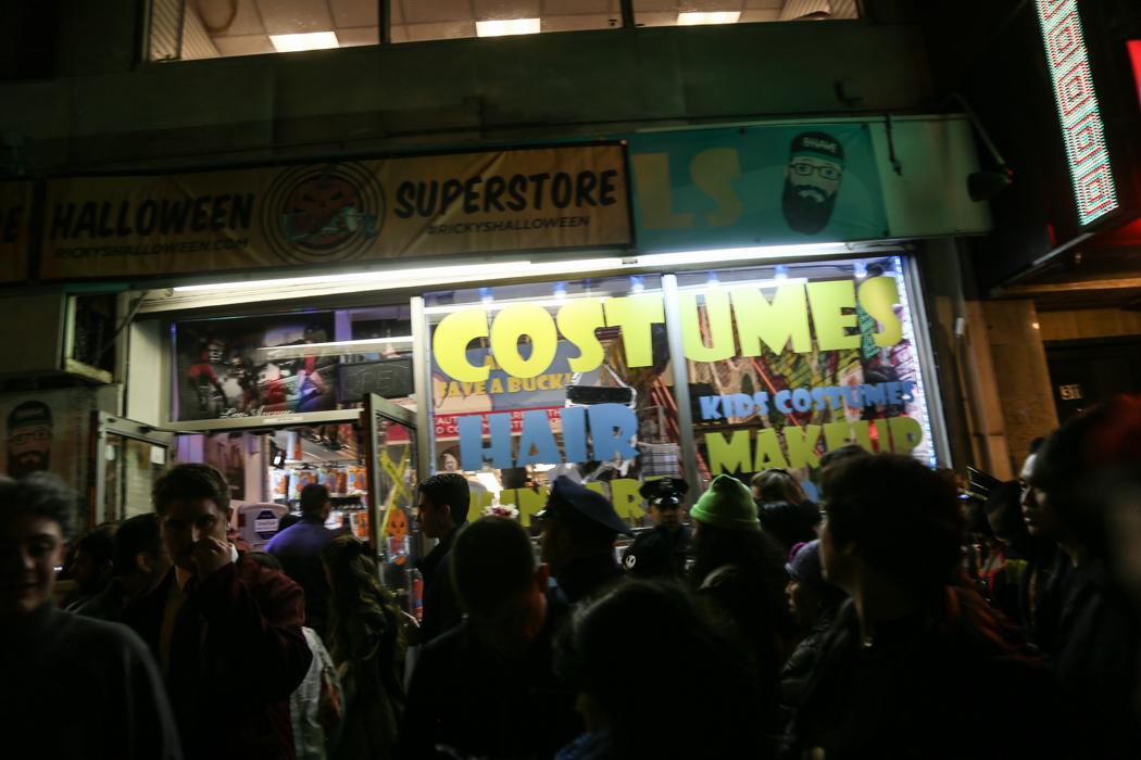 En butik som saluför maskeraddräkter håller öppet lång in på kvällen.
