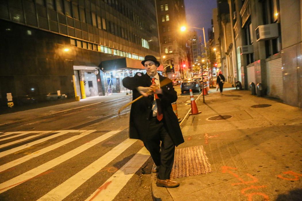 En Bernie-supporter stilar med sin käpp på en annars öde gata i Chinatown.