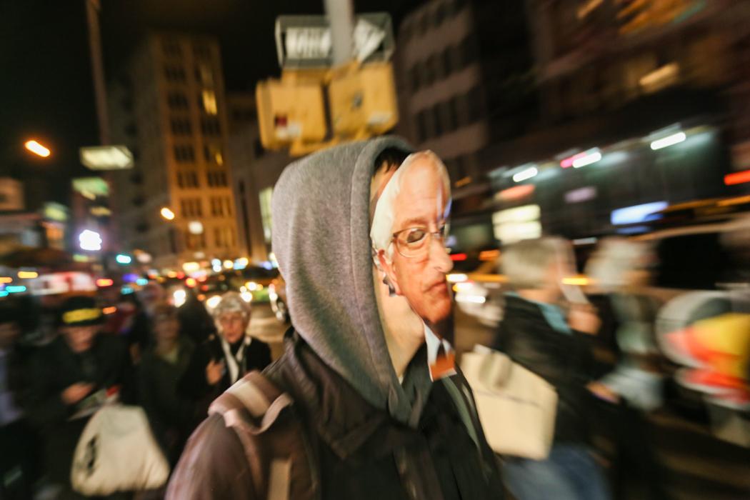 En Bernie Sanders-supporter på väg till zombieparaden.