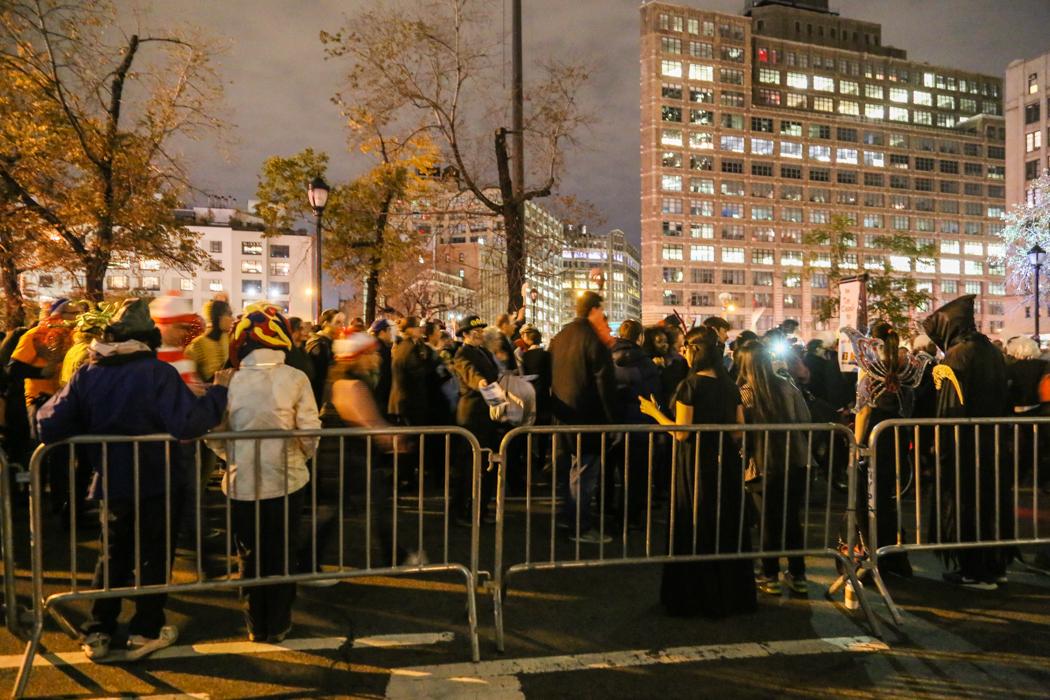 Tusentals utklädda deltagare väntar på att paraden ska starta nere vid Canal Street runt 19-tiden.