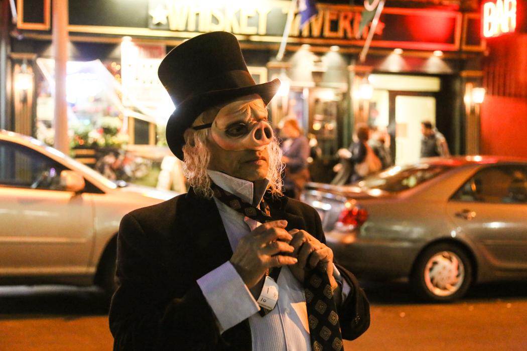 En Bernie-supporter, som av oklar anledning klätt ur sig till gris, utanför en whiskeybar på Baxter Street.