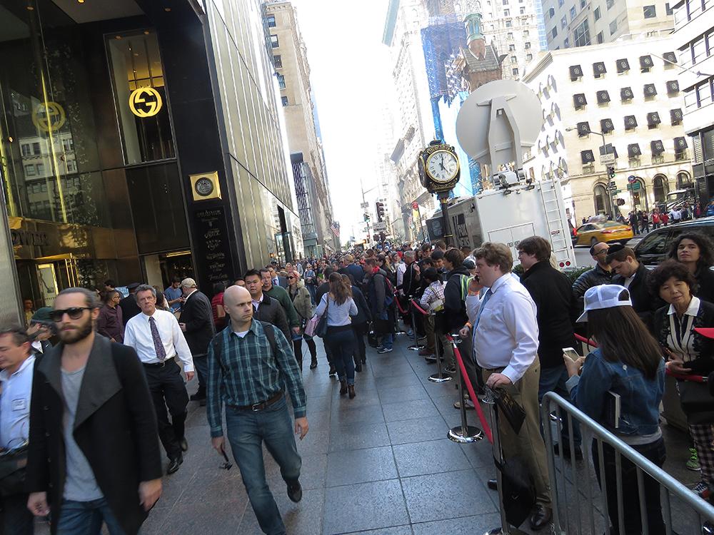 Kön ringlar totalt flera hundra meter utanför Trump Tower. Foto: Erik Bergin