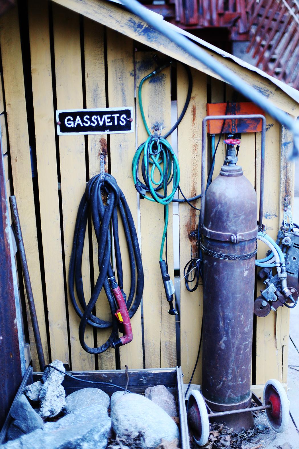 """""""Varvskontoret"""" i lekplatsen, som är utformad som ett gammalt båtvarv – komplett med kran, verkstäder och svets."""