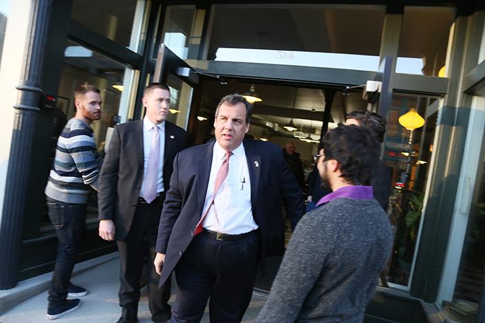 New Jerseys guvernör och presidentkandidaten Chris Christie kommer ut ur det fik där han mött väljare. Foto: Erik Bergin