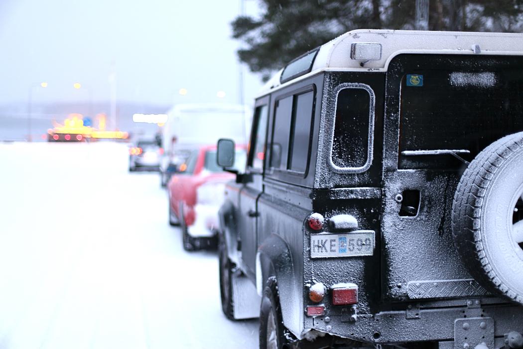 Frostiga bilar i färjekön.