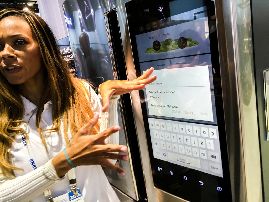 Natosha Easter visar hur Samsungs smarta, uppkopplade kyl fungerar.