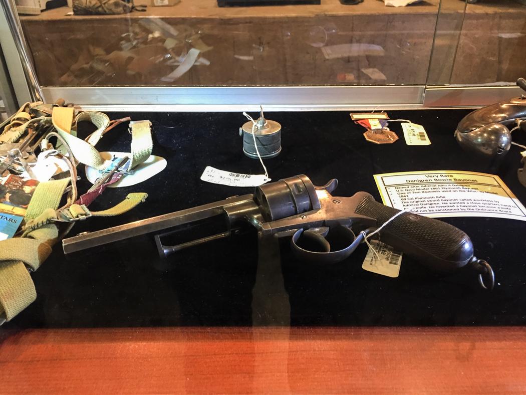 Åldriga vapen till salu.
