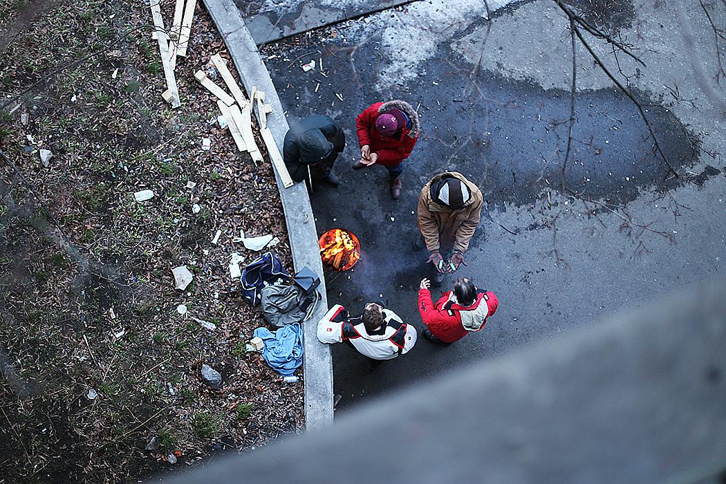 Ett gäng står runt ett brinnande oljefat under Liljeholmsbron och spelar reggae på nyårsdagen.