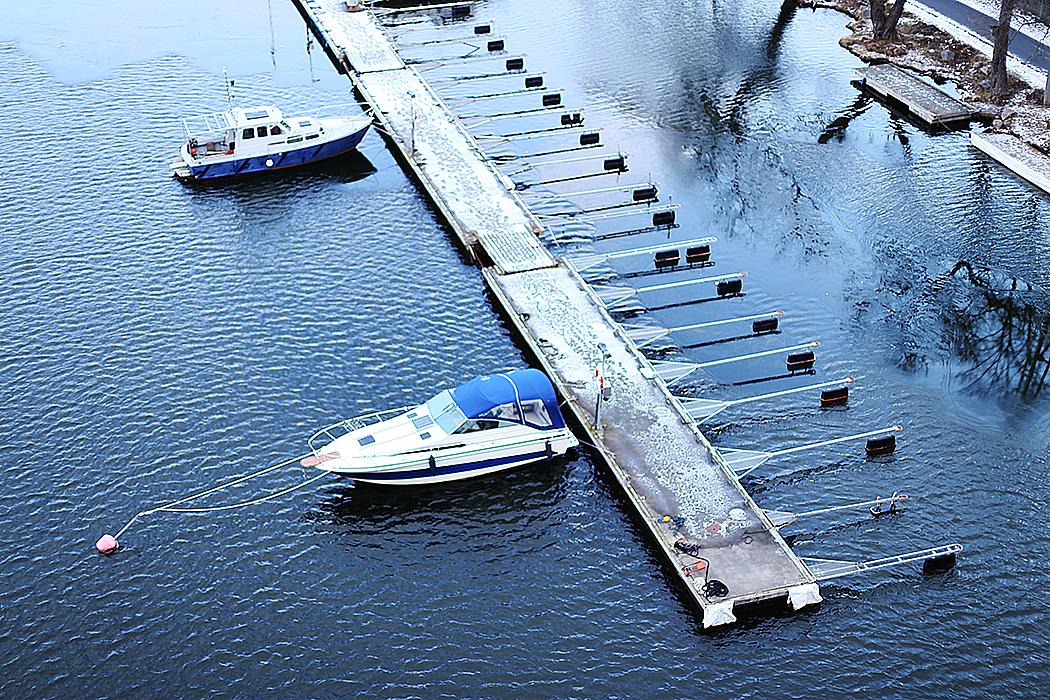 Ett fåtal båtar kvar i sjön vid Tanto.