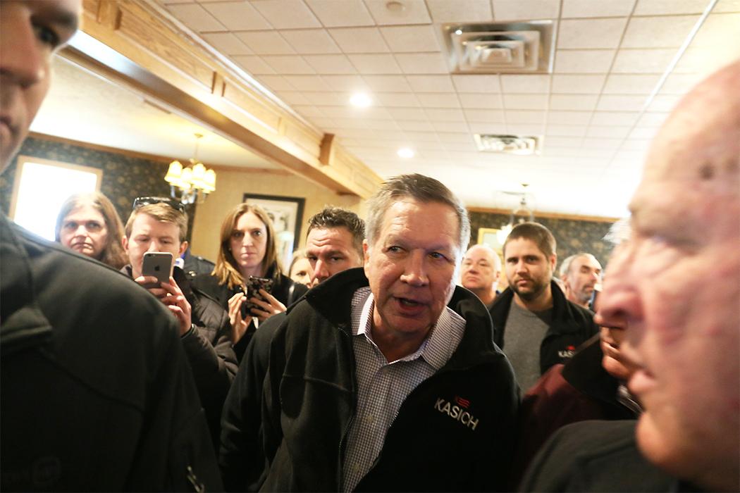 Ohios guvernör John Kasich besöker en restaurang i Manchester, New Hampshire, på lördagen. Foto: Erik Bergin