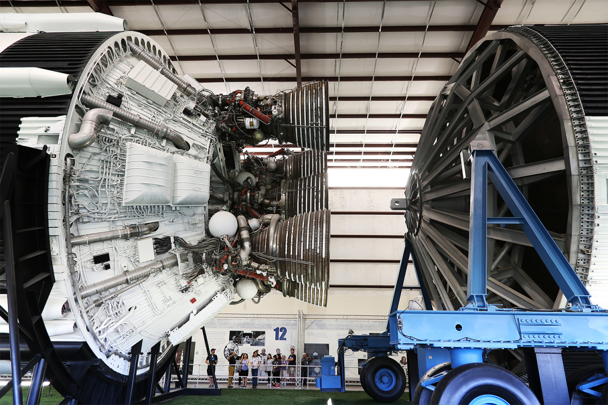 Detalj av en Saturn V-raket. Notera människorna nederst som jämförelse.