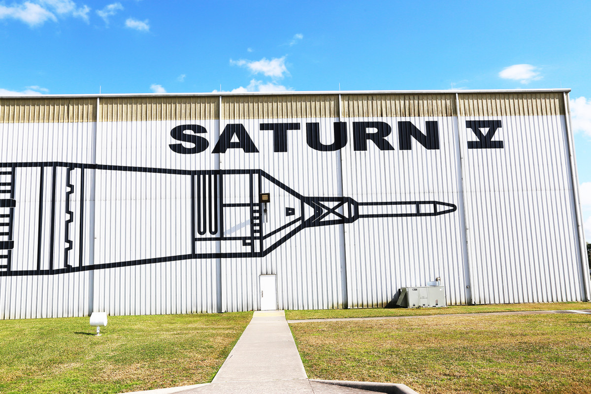 Här inne ryms Saturn V-raketen.