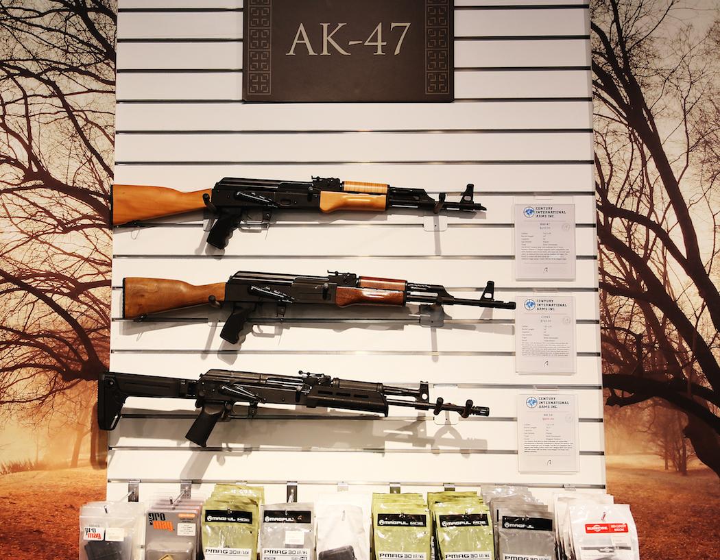 """AK-47:or till salu i Athenas vapenbutik. """"Vapenförsäljningen har gått genom taket"""", säger Tasha Webber. Foto: Erik Bergin"""