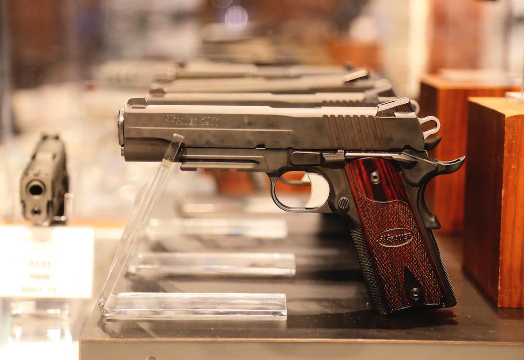 Sig Sauer-pistoler i en monter i vapenbutiken. Foto: Erik Bergin