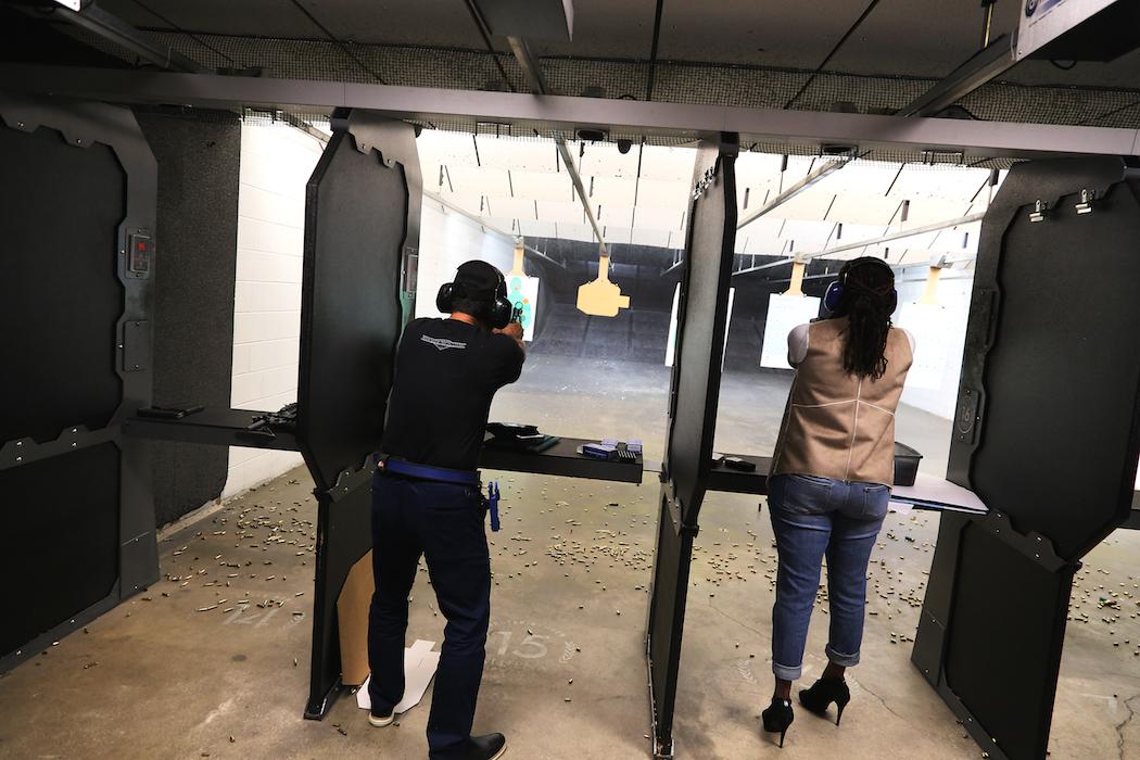 Pistolskytteövning vid en av Athenas skjutbanor. Foto: Erik Bergin