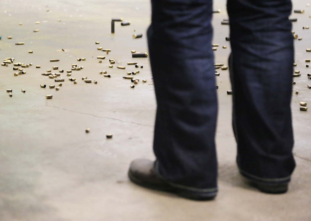 Patronhylsor täcker golvet. Foto: Erik Bergin