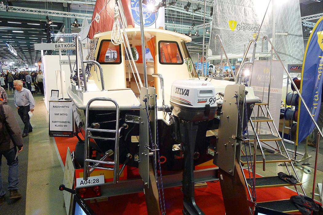 En Haber 620 med uppfällbara roder i aktern. Större modeller av båten kan fås med inombordare. Foto: Erik Bergin