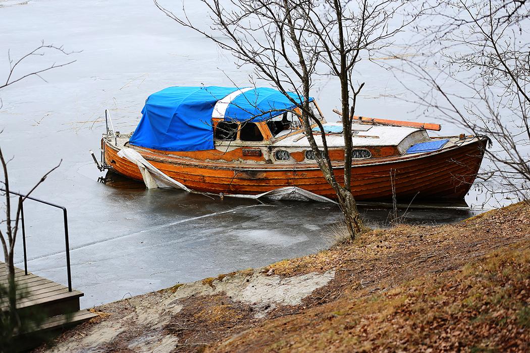 En övergiven snipa fastfrusen i isen i Årstaviken den 19 mars. Foto: Erik Bergin