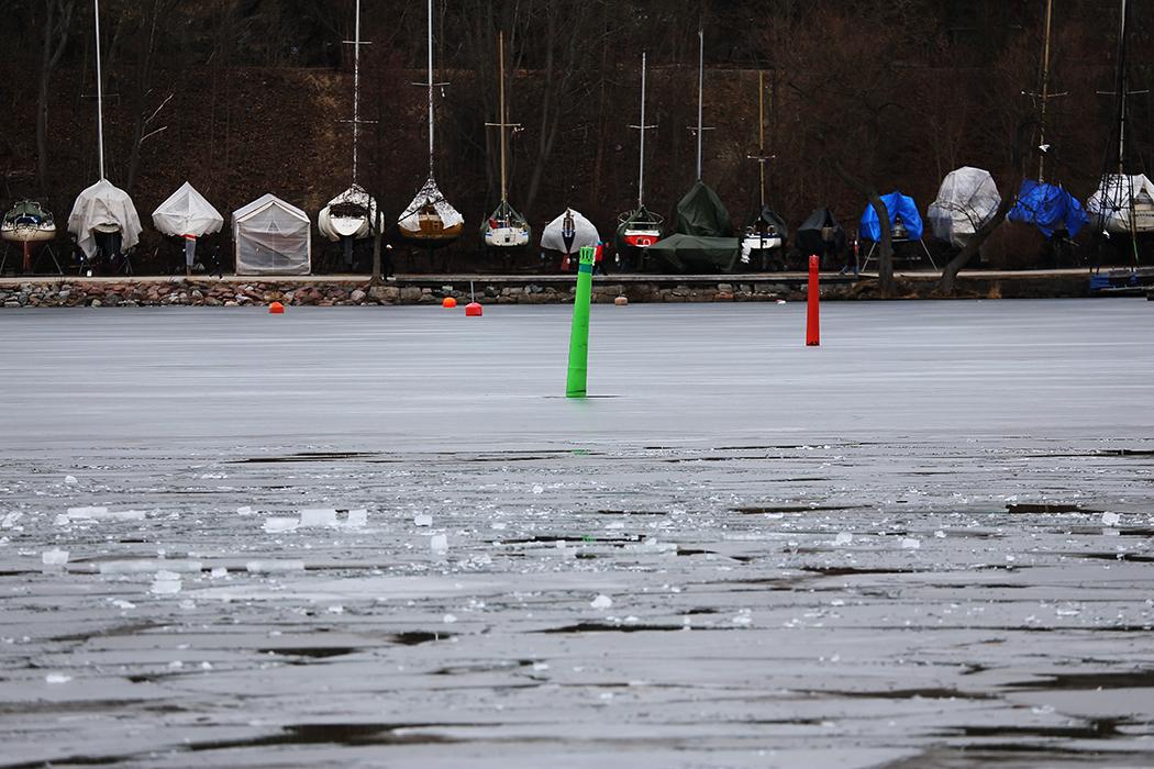 Isen täcker Årstaviken strax före påsk i mitten av mars 2016. Foto: Erik Bergin