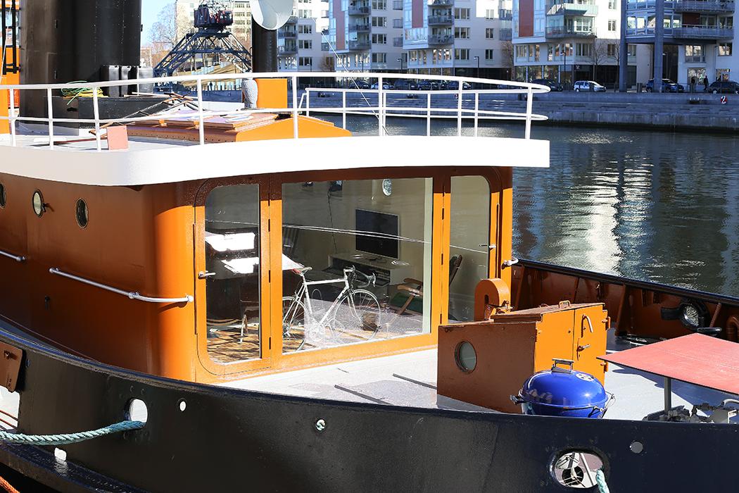 Grillen står redo på den här bogserbten i Hammarbykanalen, omgjord till bostad. Foto: Erik Bergin