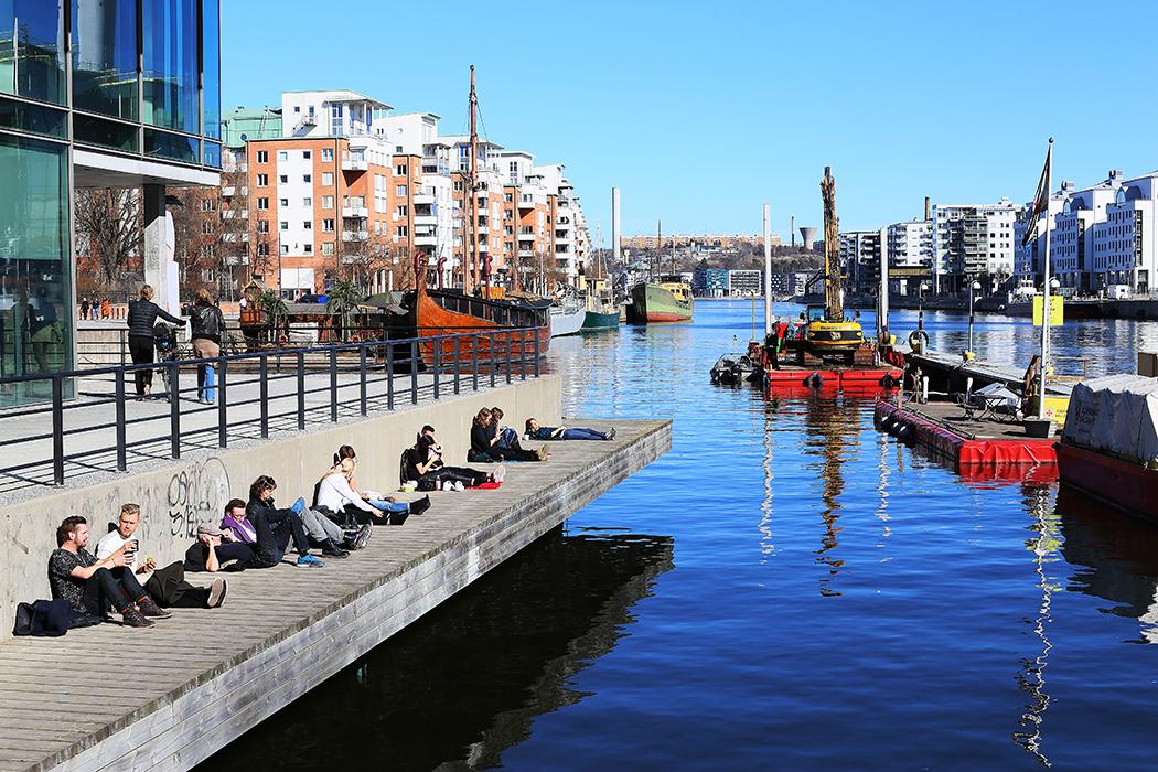 Stockholmare värmer sig i marssolen. Foto: Erik Bergin
