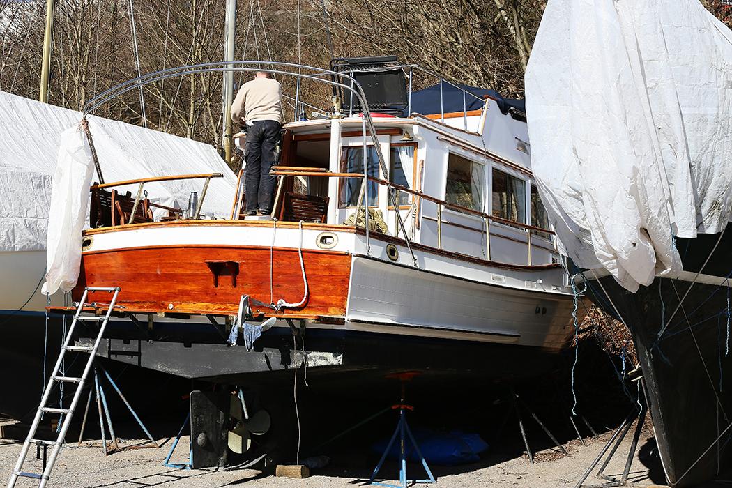 En båtägare inleder vårrustningen. Foto: Erik Bergin