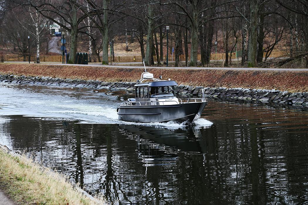 En Anytech aluminiumbåt passerar genom Djurgårdsbrunnskanalen på söndagen.