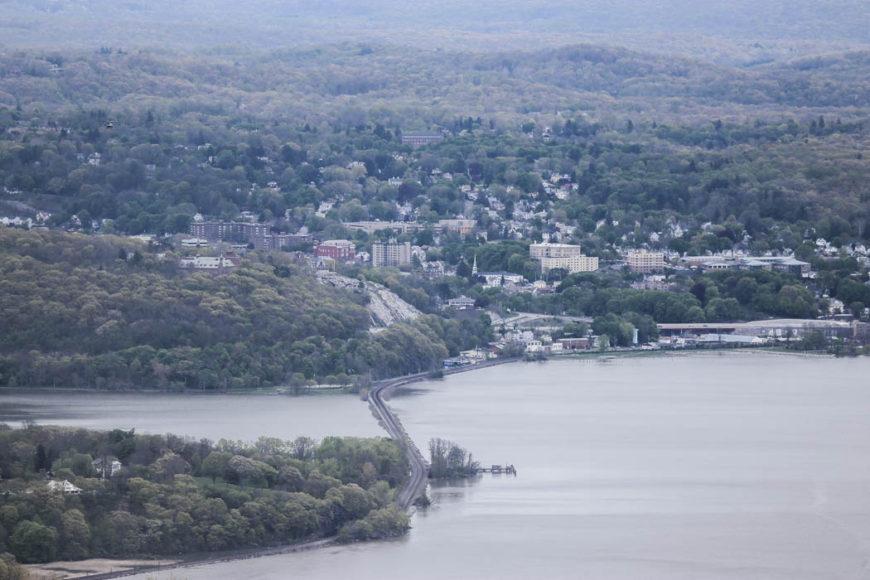 Längs båda sidor av Hudson River går tågräls, som syns i mitten av den här bilden. Foto: Erik Bergin