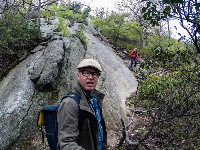 Stigen snirklar sig allt högre uppför berget. Foto: Erik Bergin