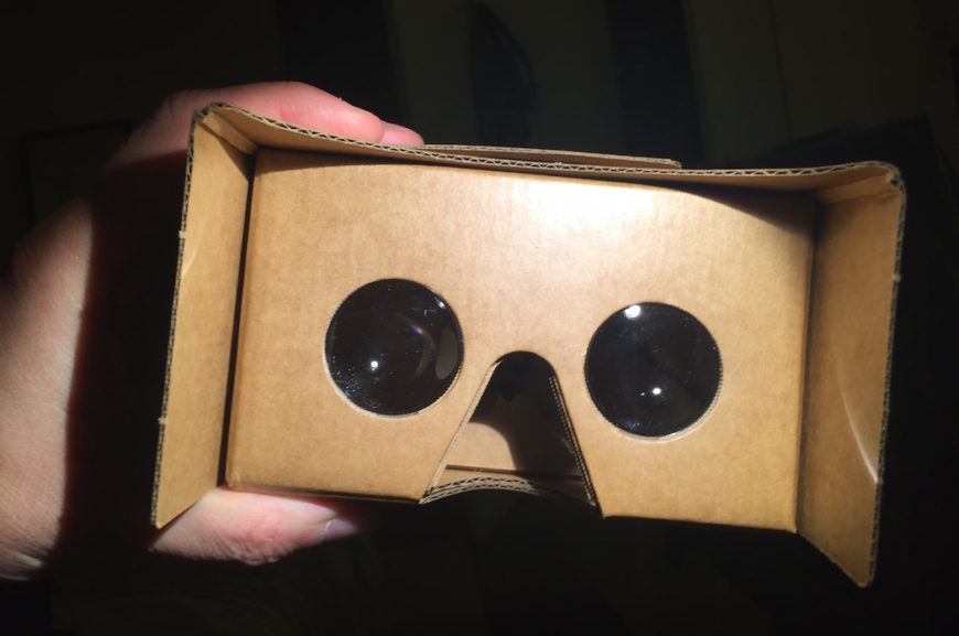 Enkla VR-glasögon från Google. Mobilen stoppas in i lådan.