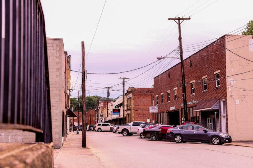 Småstaden Madison, West Virginia, en halvtimme söder om Charleston. Tog man bort bilarna så kunde bilden lika gärna ha varit från tiden för inbördeskriget. Foto: Erik Bergin