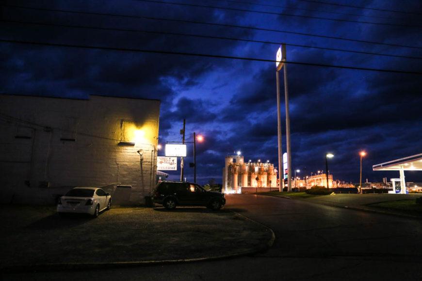 En pub, Bada Bing, i South Charleston, WV, med en kemifabrik i bakgrunden. Foto: Erik Bergin