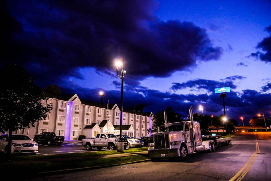 En truck står parkerad utanför ett hotell i South Charleston. Foto: Erik Bergin