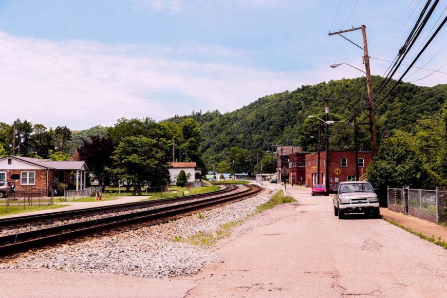 En av ett oräkneligt antal avsomnade småstäder i West Virginia. Foto: Erik Bergin