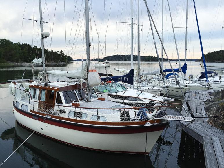 En fin gammal Nauticat förtöjd vid Härsö. Foto: Erik Bergin