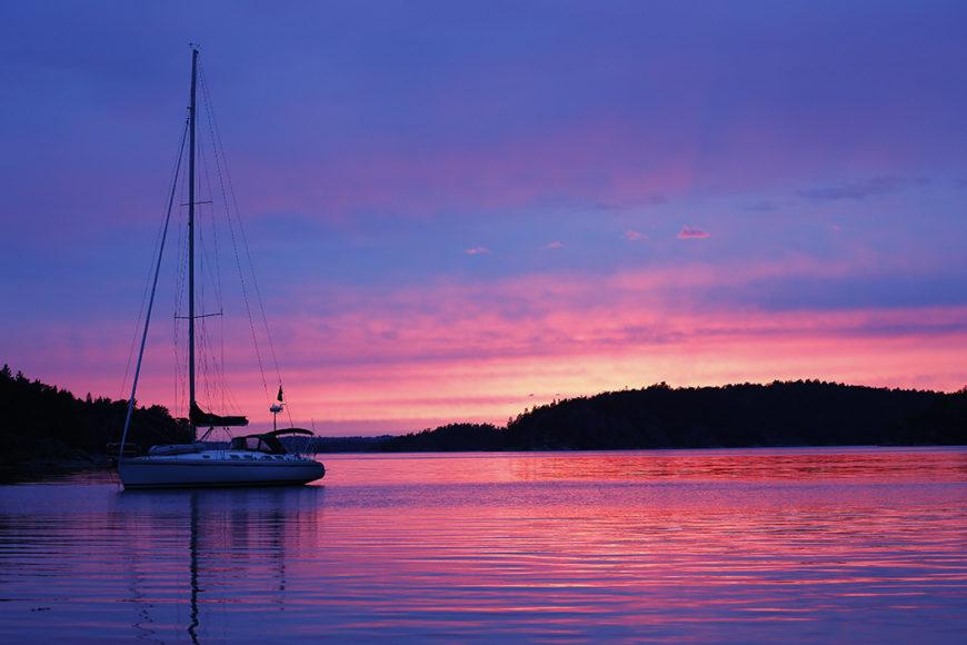 Solnedgång över Härsö i Ingaröfjärden dagen före midsommar 2016. Foto: Erik Bergin