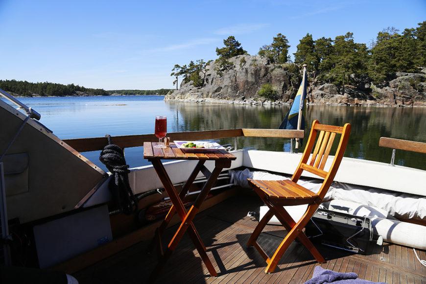 Frukost en morgon i mitten av juni vid Munkholmen strax söder om Ingarö.
