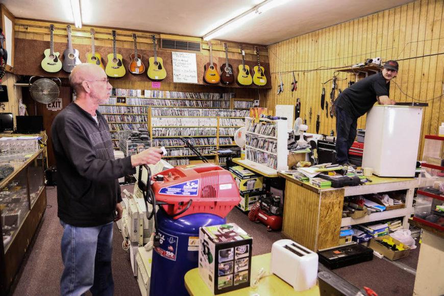 Rick Fernatti och Robert Strickland inne i pantbanken i Montgomery, en annan avsomnad tidigare gruvstad i West Virginia. Gruvarbetare pantsätter utrustning som de sedan inte hämtar ut. Foto: Erik Bergin