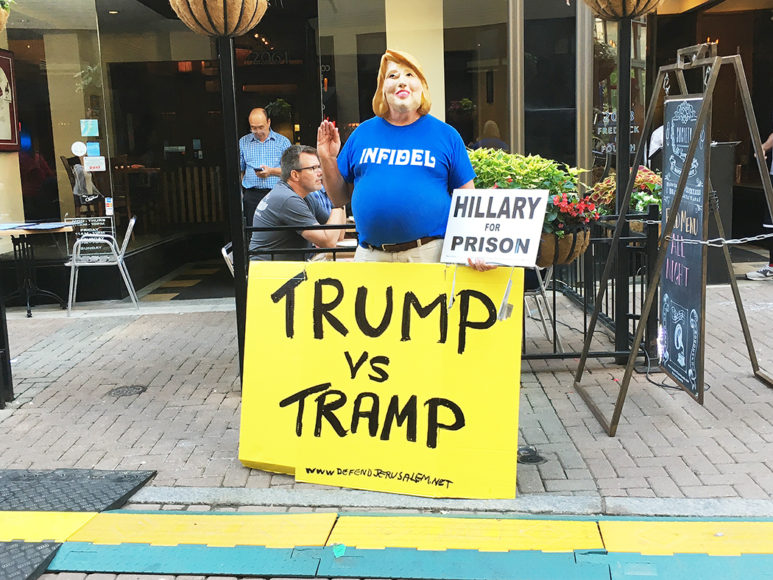 En anti-Hillary-demonstrant i Cleveland. Foto: Erik Bergin