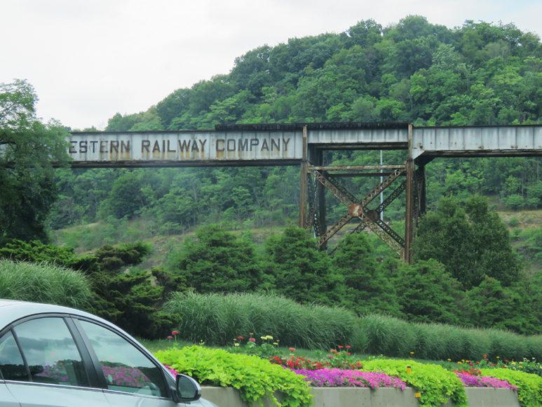 Minnen från fornstora dar: en gammal järnvägsbro. Foto: Erik Bergin