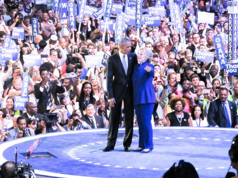 Hillary Clinton gör Obama sällskap på scenen. Foto: Erik Bergin