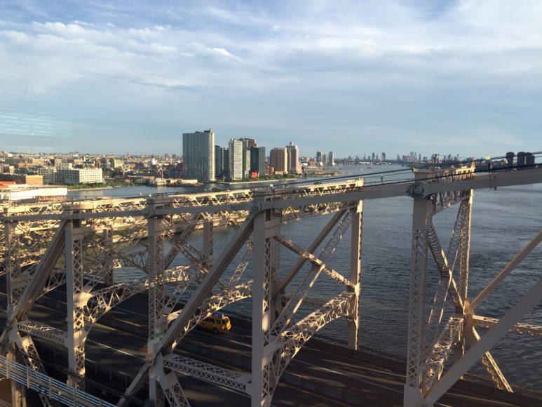 Utsikt söderut över Queensboro Bridge från linbanan till Roosevelt Island.