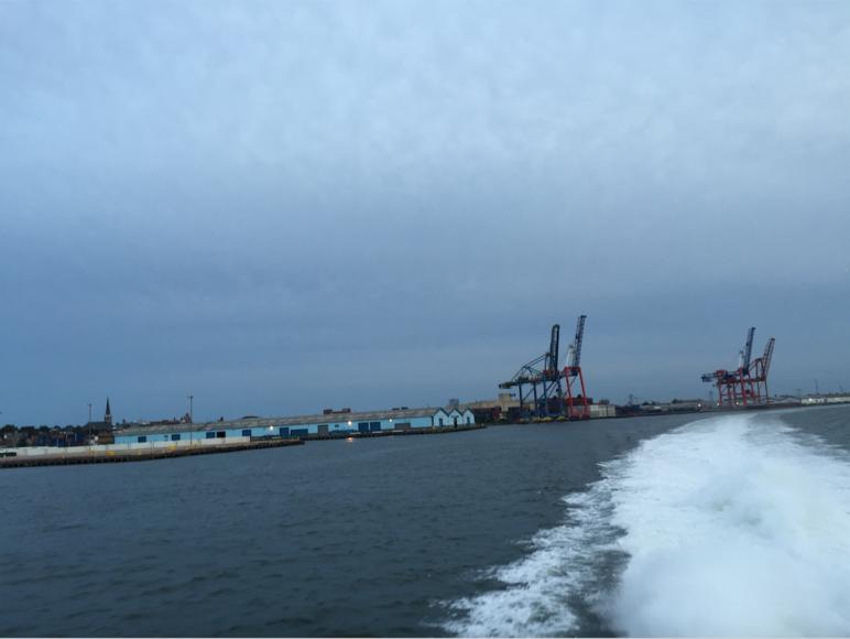 Färjan passerar förbi hamnkranar i Brooklyn.
