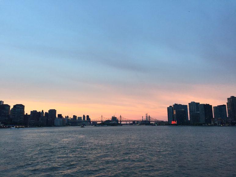 East River mot kvällningen från färjan på väg åter till Manhattan från badresa till Sandy Hook, New Jersey.