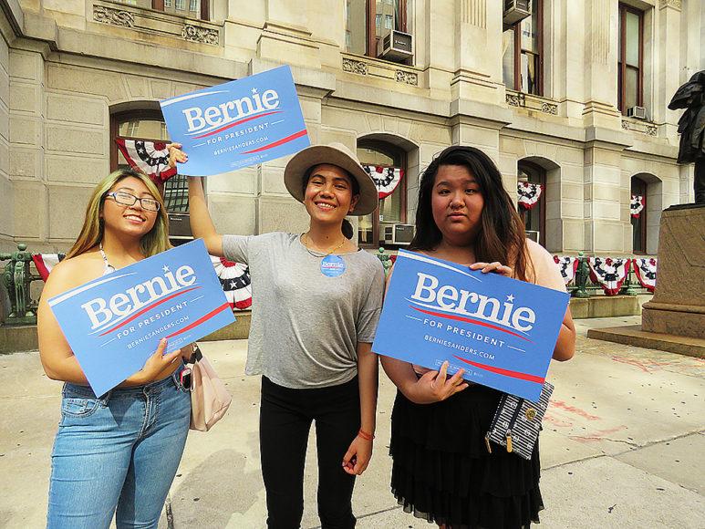 Tre unga Sanders-fans inför Demokraternas partikonvent. Foto: Erik bergin