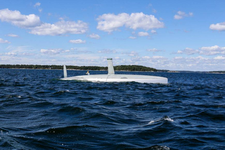 En kapsejsad segelbåt strax väster om Möja. Båten gick på grund och bulben på kölen slogs av. Foto: Erik Bergin