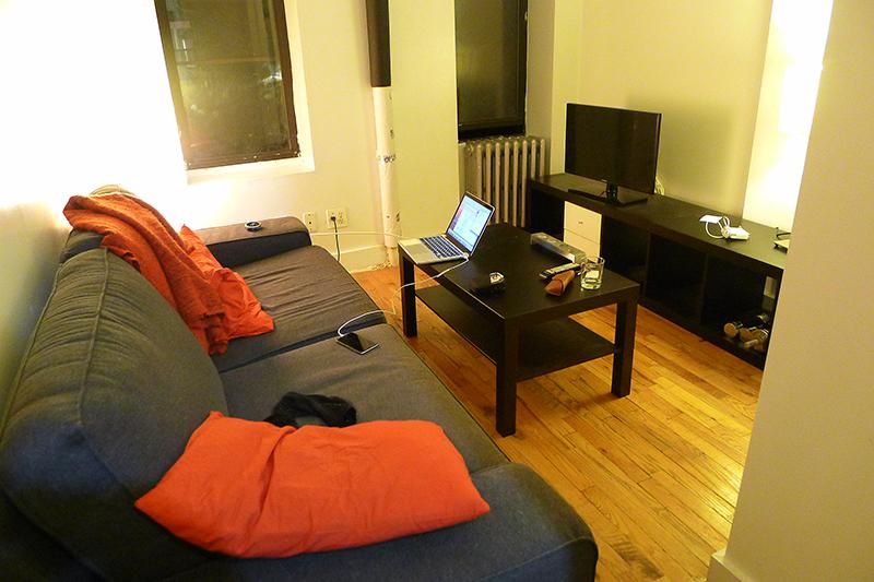 Vardagsrummet med fönster ut mot 12th Street, East Village.